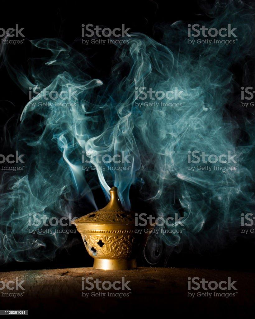 ランプからの神秘的な煙 お香のストックフォトや画像を多数ご用意 Istock