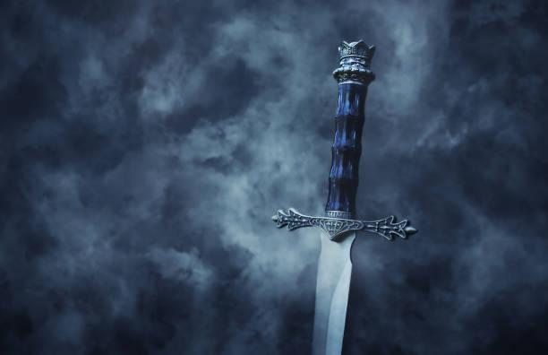 神秘和神奇的照片銀劍哥特式雪黑背景。中世紀概念。 - sword 個照片及圖片檔
