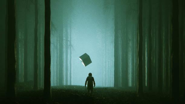 Floresta de mistério com cubo de astronauta e alien - foto de acervo
