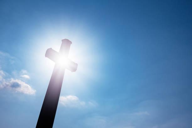 geheimnis des kreuzes (symbol des glaubens) - kirchturmspitze stock-fotos und bilder