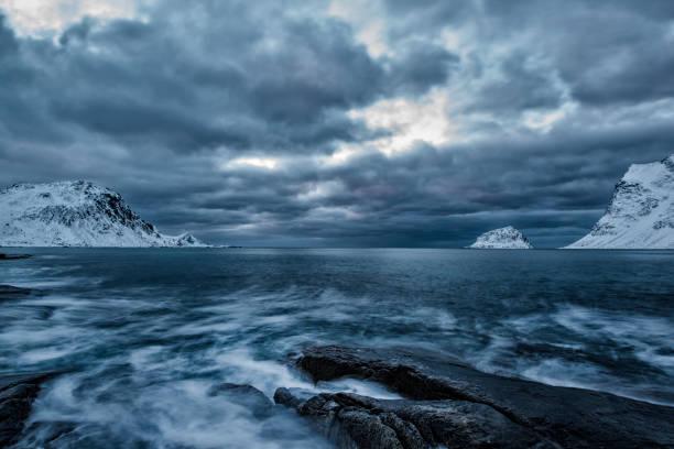 Místico praia de inverno no Oceano Atlântico Norte - foto de acervo