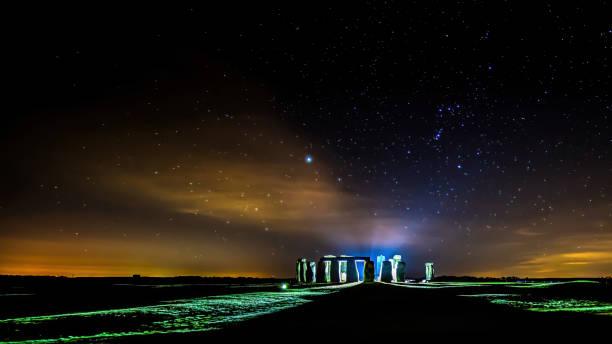 Mystisch aussehende Lichter bei einer sternenhungrigen Nacht in Stonehenge in Wiltshire, Großbritannien. – Foto