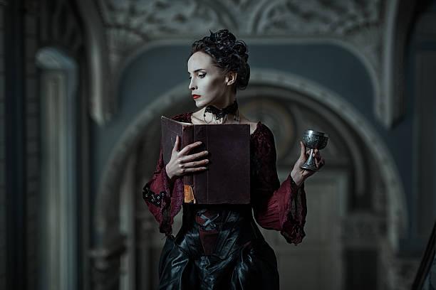 mystique femme avec un livre. - vampire femme photos et images de collection