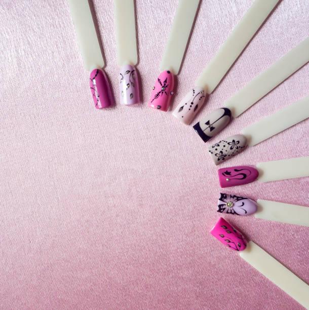 Nail art création avec des lignes fines sur le fond rose. - Photo
