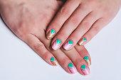 ネイルアート鮮やかなゴールド、ピンクし、緑のシェブロン パターン