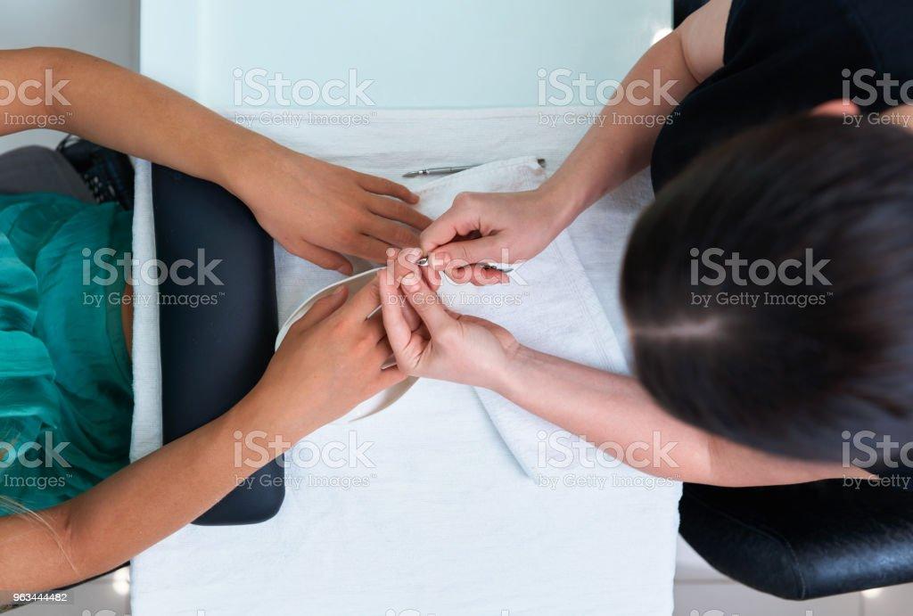 nail care, cuticle clipping in a beauty salon. - Zbiór zdjęć royalty-free (Biuro)