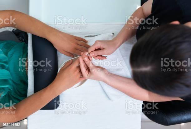 Pielęgnacja Paznokci Obcinanie Skórek W Salonie Kosmetycznym - zdjęcia stockowe i więcej obrazów Biuro