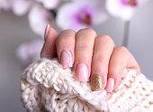 柔らかい色のデザインを爪します。