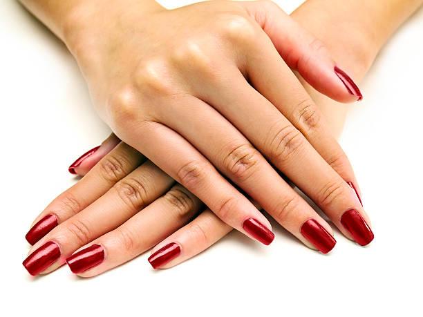 nagellack auf weibliche hände - nägel lackieren stock-fotos und bilder