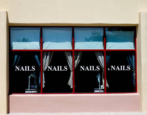 """nagelstudio außenansicht mit großen fenstern, die """"nägel"""" - nailstudio stock-fotos und bilder"""