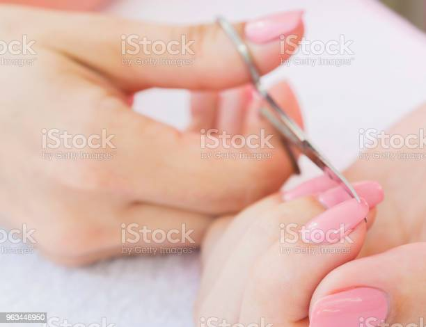 Nożyczki Do Paznokci W Dłoni Kobiety Zbliżenie Selektywne Skupienie - zdjęcia stockowe i więcej obrazów Ciało ludzkie