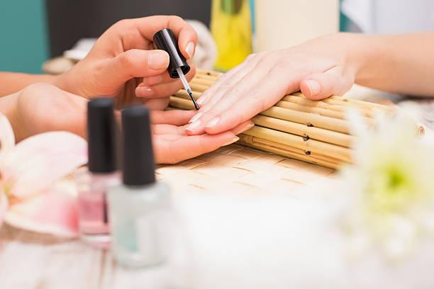 nagel-techniker, dass kunden eine maniküre - nailstudio stock-fotos und bilder
