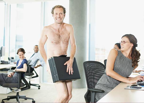 naked ejecutivo con maletín en oficina - desnudos fotografías e imágenes de stock