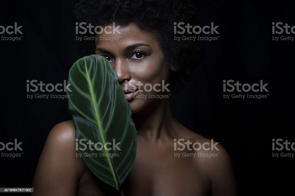 Naked woman holding banana leaf, close-up, portrait Lizenzfreies stock-foto
