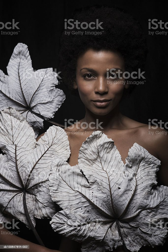 Naked woman holding dry leaves, close-up, portrait foto de stock libre de derechos