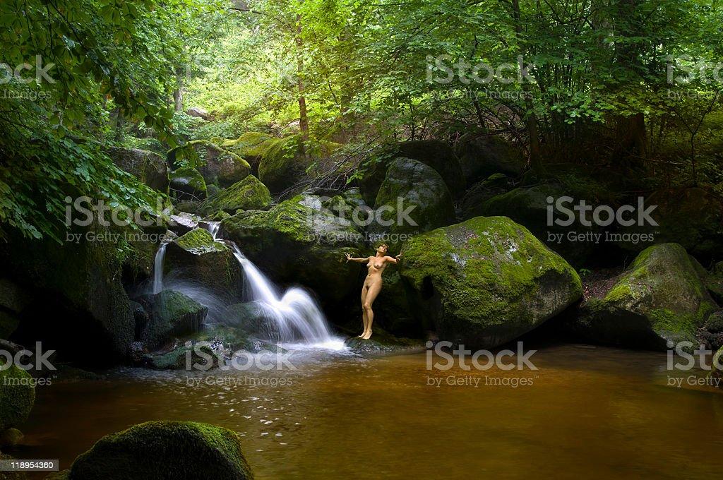 Nackt Frau Im Paradies Auf Wald Und Wasserfall Stockfoto