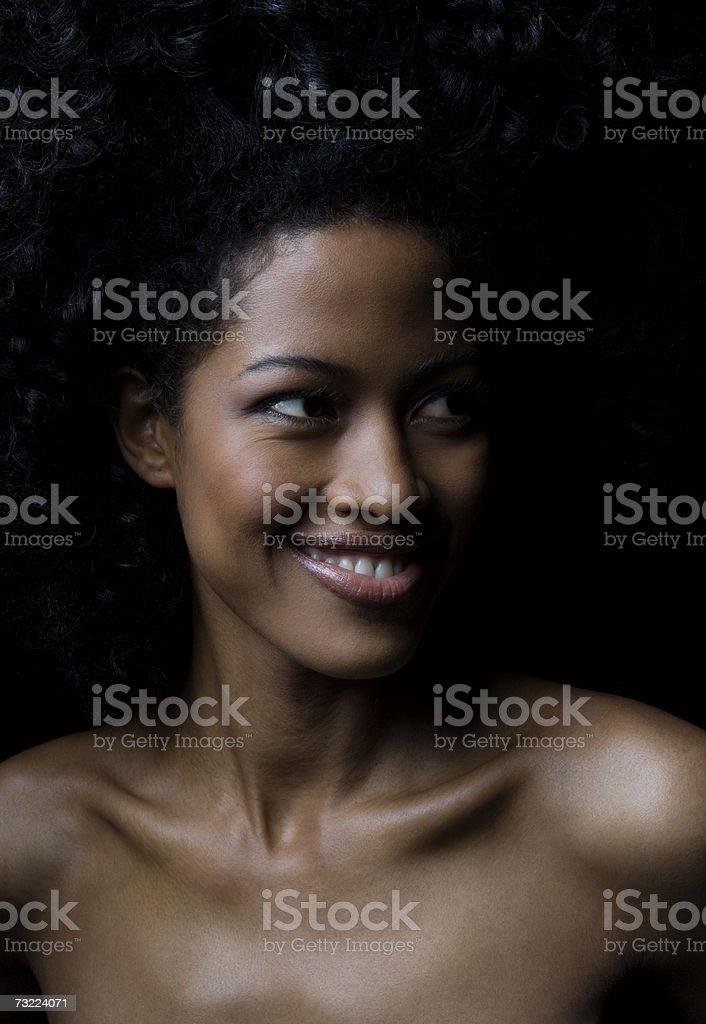 Nua mulher olhando para longe e sorridente, close-up foto de stock royalty-free