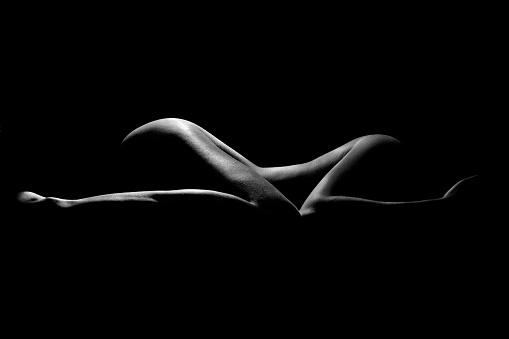 nackt im dunkeln