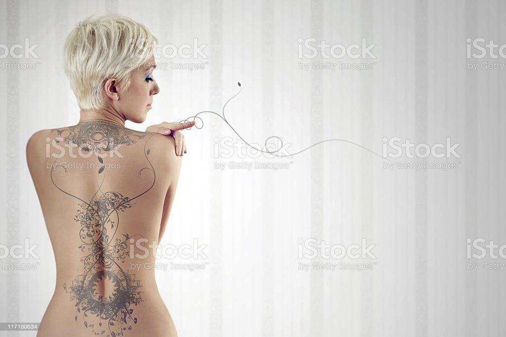 Nackt Frau mit riesigen tattoo auf Ihrem Rücken – Foto