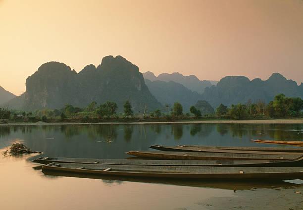 nam song river bei sonnenuntergang, vang vieng, laos - vang vieng stock-fotos und bilder