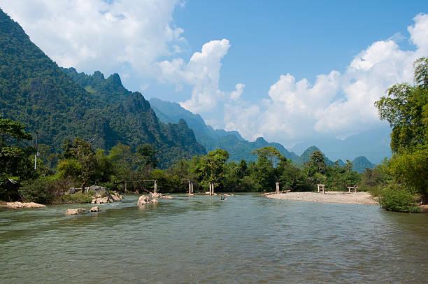 nam song river nahe vang vieng - vang vieng stock-fotos und bilder