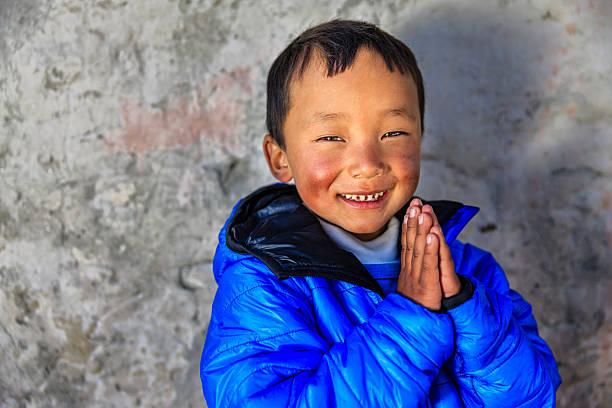 namaste!  - porträt eines jungen sherpa-junge in mount everest region  - nepal tibet stock-fotos und bilder