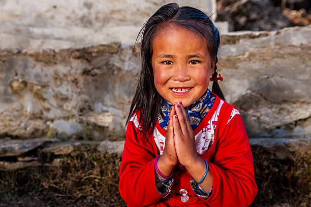 namaste! - porträt von jungen mädchen in den mount everest region mit sherpa-futter - nepal tibet stock-fotos und bilder