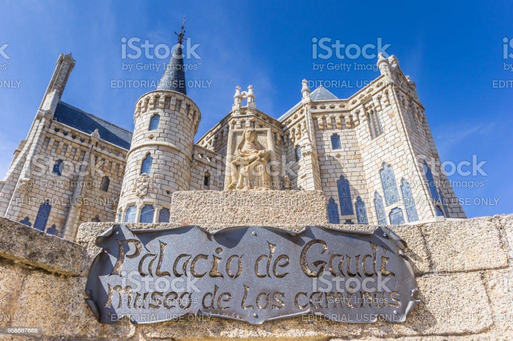 Signo de nombre en el Palacio de Gaudí de Astorga, España - foto de stock
