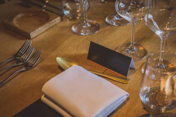 crachá em uma mesa de jantar chique. - eventos de gala - fotografias e filmes do acervo