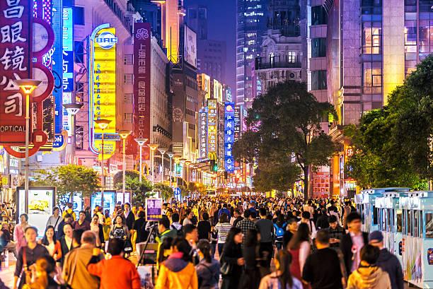shoppping calle Nanjing, en Llevar a la fuerza, China por la noche - foto de stock
