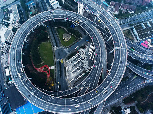 pont de nanpu, à shanghai - rond point carrefour photos et images de collection