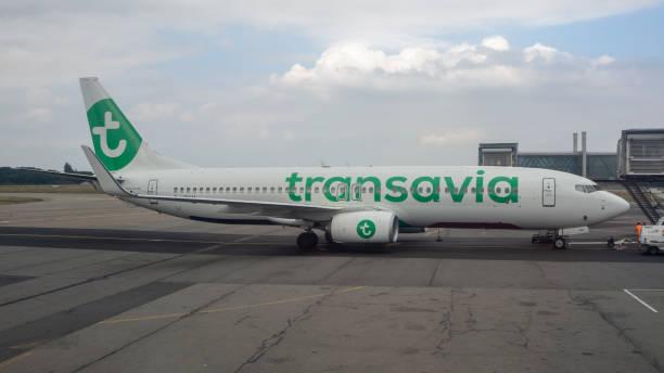 nantes, frankreich, internationaler flughafen. transavia boeing 737 am terminal - rudermaschine stock-fotos und bilder