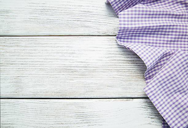 serviette auf dem hölzernen hintergrund - küche lila stock-fotos und bilder