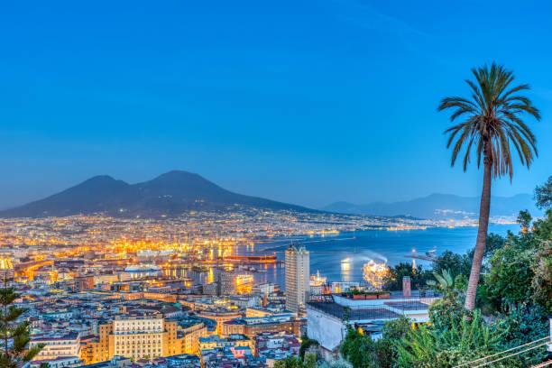 Neapel in Italien mit dem Vesuv – Foto
