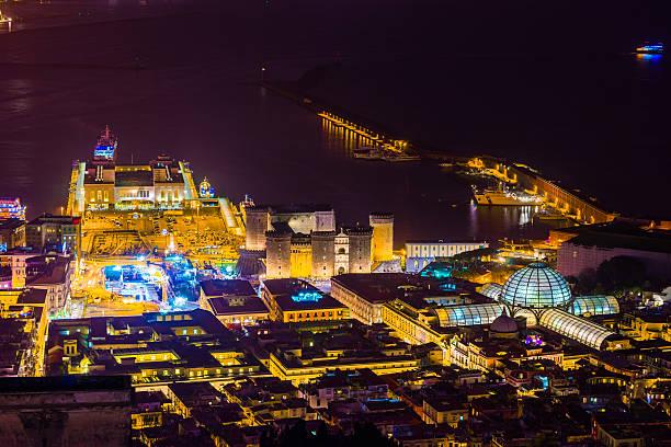 Nápoles, Italia por la noche - foto de stock