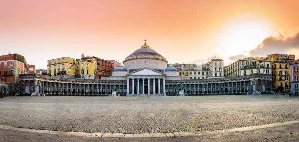 neapel, italien: piazza del plebiscito mit kirche san francesco di paola - neapel stock-fotos und bilder