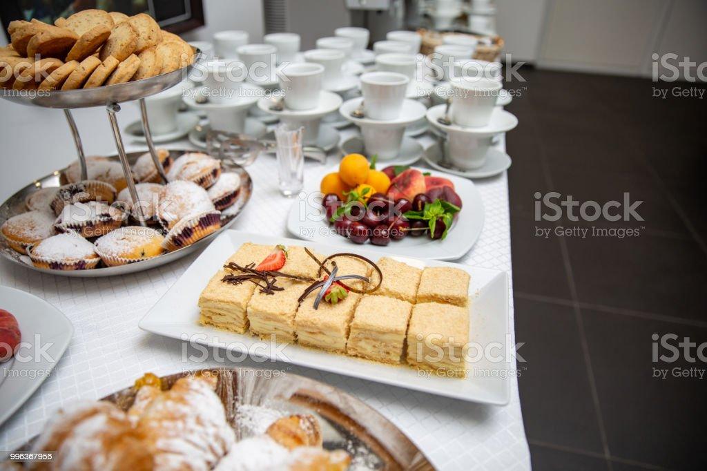 Napoleon Kuchen Verziert Mit Erdbeer Und Schokoladechips Croissants