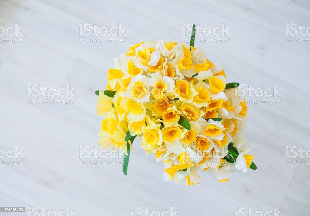 Narzisse Blumen Blumenstrauß in einer Vase auf natürlichen hölzernen Hintergrund. – Foto