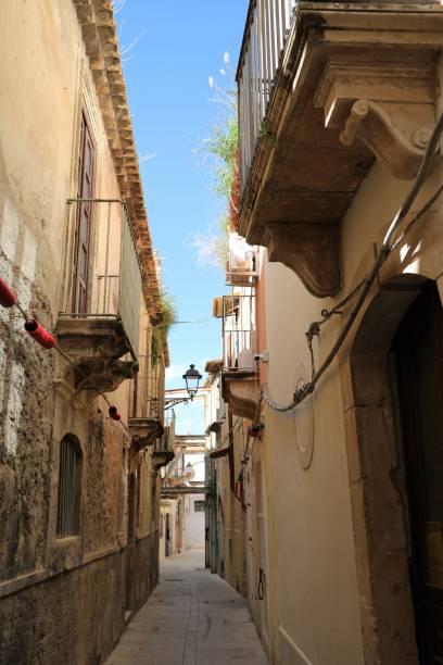 schmale gasse in der alten stadt ortygia syrakus, sizilien italien - ortygia stock-fotos und bilder