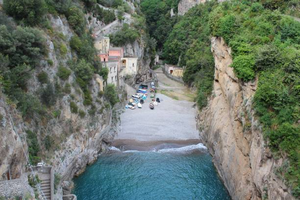 Playa estrecha en Italia - foto de stock