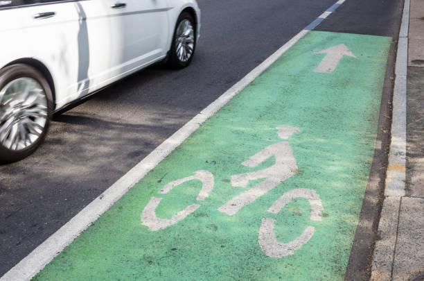 schmalen radweg grün markiert - fahrradwege stock-fotos und bilder
