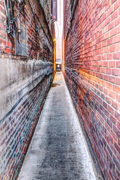 petite ruelle de brique à georgetown, washington dc avec look grunge vintage et voyants lumineux - étroit photos et images de collection