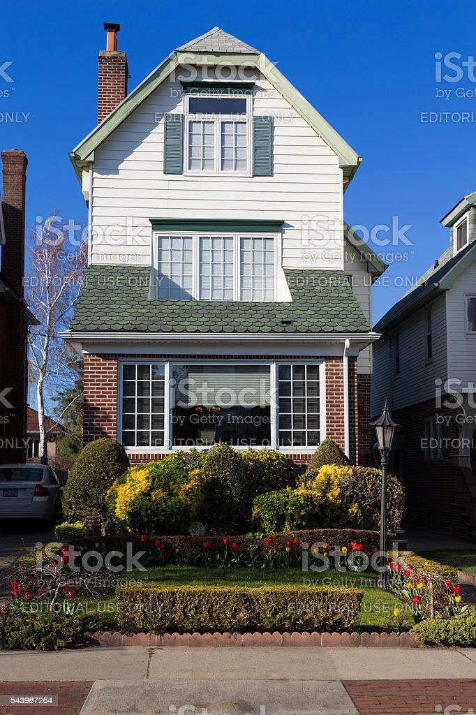 Estrecho Brooklyn Casa Y El Cielo Azul Nueva York - Fotografía de ...