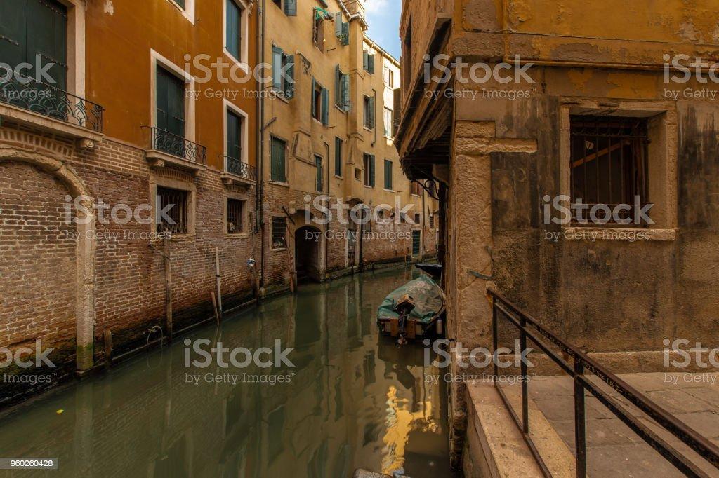 Einen schmalen Kanal in Venedig – Foto