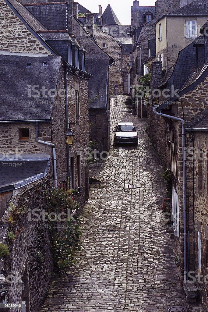 Stretta strada di ciottoli in Dinan, Bretagna, Francia foto stock royalty-free
