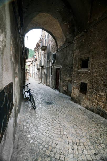 narrow cobblestone lane in scanno - abruzzo cycle path foto e immagini stock