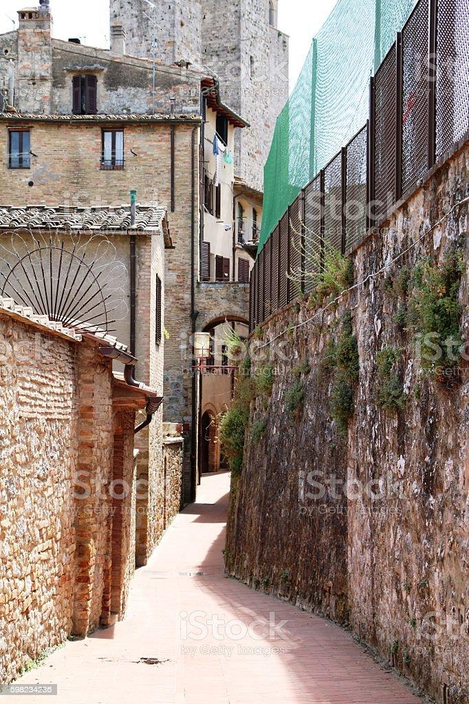 Narrow old street, Typical in San Gimignano, Tuscany Italy foto royalty-free