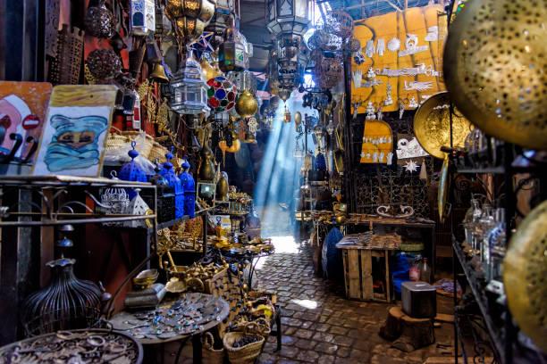 smalle doorgang in de souq marrakesh, marokko - bazaar stockfoto's en -beelden