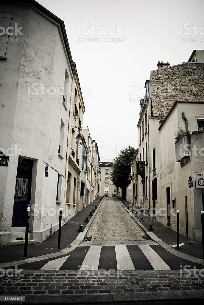 Estrecha calle en París foto de stock libre de derechos