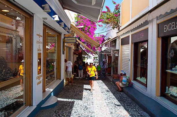 schmale einkaufsstraße in fira auf der insel santorin, griechenland. - fira stock-fotos und bilder